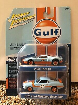 Johnny Lightning JLSP042 1//64 GULF 2005 FORD GT AND 1970 FORD MUSTANG BOSS 302
