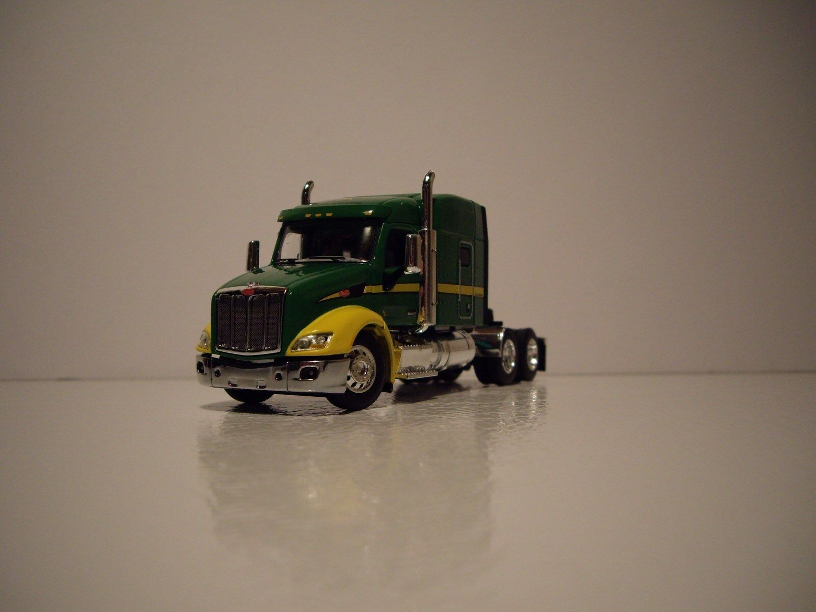 negozio di sconto DCP 1 64 JD verde e gituttio PETERBILT 579 WITH WITH WITH MID ROOF SLEEPER  migliore marca