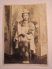 Mädchen - junge Frau aus Asien im Kimono mit Hut - Japan ? Tracht ? / Foto