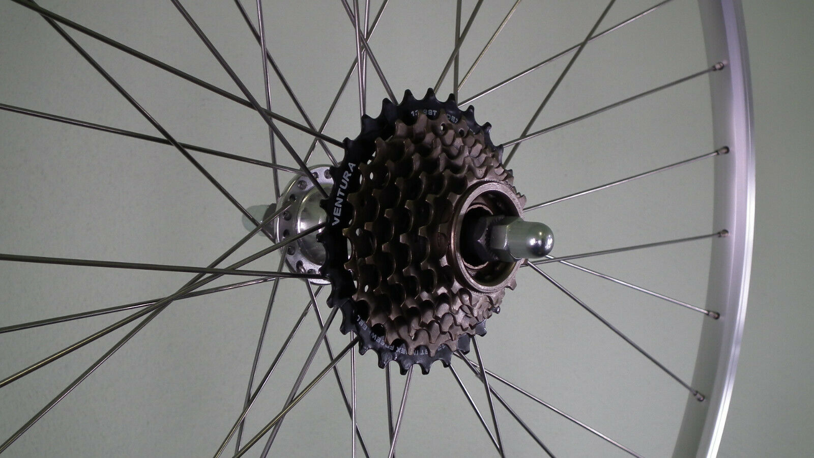 28 Zoll Hinterrad Alu Kastenfelge  mit Schraubkranz 7fach montiert 622-19 silver