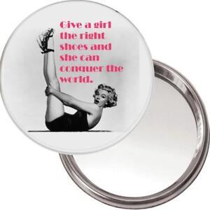 Nuevo botón único Espejo. imagen de Marilyn Monroe dar una chica el zapato derecho..