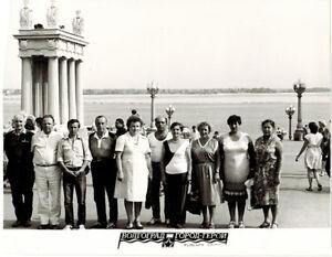 1985-photo-Group-of-Soviet-tourists-at-Volga-Embankment-in-Volgograd