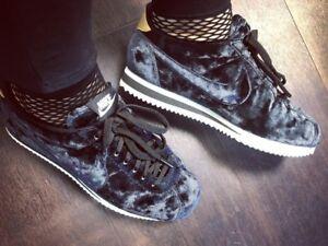 outlet store b8795 425e6 ... Nike-Classic-Cortez-LX-Velours-Noir-or-Blanc-