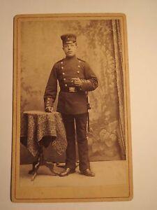 Mergentheim-stehender-Soldat-in-Uniform-Kulisse-CDV