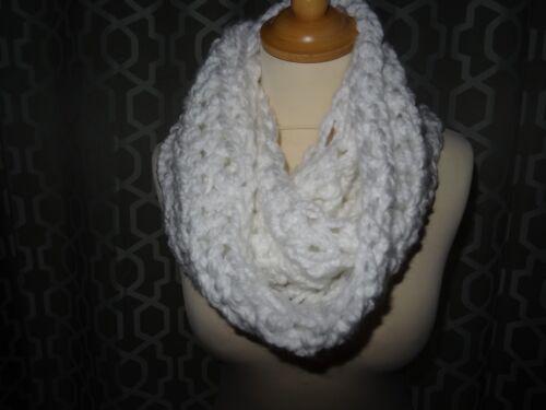 Super Chunky Foulard//Snood//Infinity écharpe fabriqué à la main Crochet Blanc