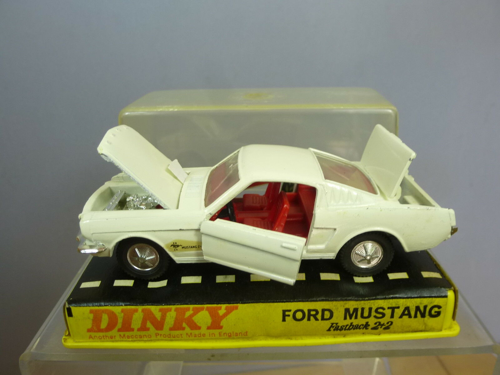 DINKY TOYS MODEL No.161 FORD MUSTANG 2+2    WHITE VERSION   PERSPEX BOX   VN MIB
