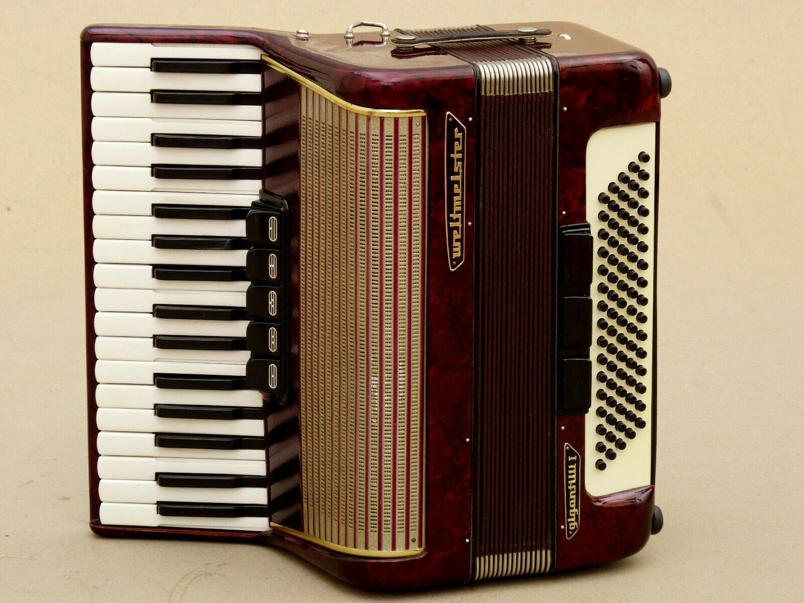 Very Nice German Accordion Weltmeister Gigantilli I 80 bass Including Case.