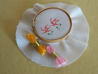 (m5.17) 1/12th Scala Casa Delle Bambole Mini Ricamo Con Cottons-mostra Il Titolo Originale Scelta Materiali