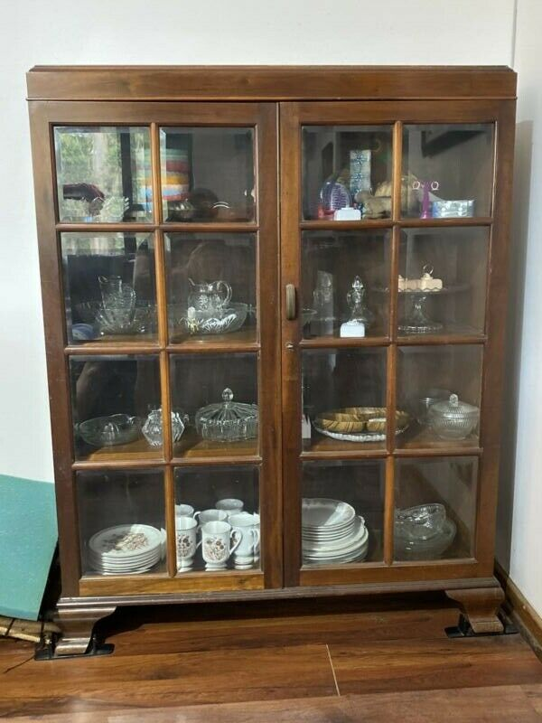Beautiful, lockable display cabinet