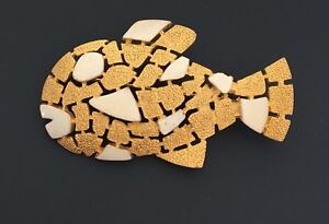 Vintage-tropical-figural-fish-pin-brooch-in-gold-tone-metal