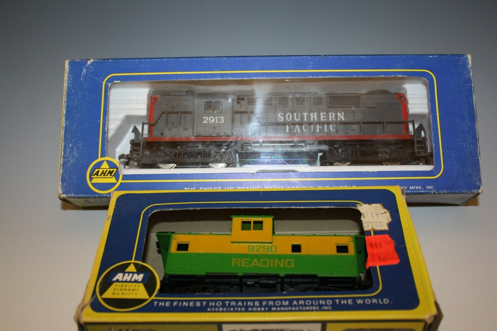 AHM SOUTHERN PACIFIC 2913 POWERED DIESEL AND CABOOSE READING 9290 HO SCALE