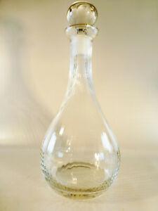 Karaffe-mit-Stoepsel-Glas-rund-transparent-goldfarbiger-Rand-an-der-Offnung