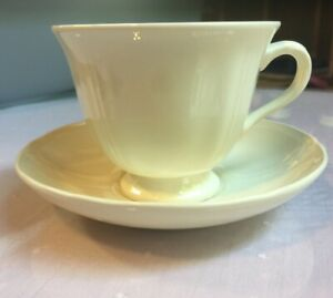 Wedgwood-of-Etruria-amp-Barlaston-6-Queens-Shape-Ivory-Tea-Cups-with-Saucers