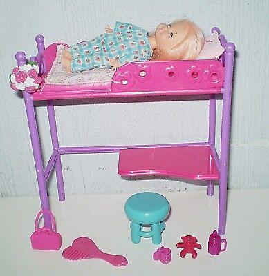 Imparato Poupee Shelly Avec Lit Superpose A Un Bureau Avec Tabouret & Accessoires/ Barbie Alleviare Il Caldo E Il Colpo Di Sole