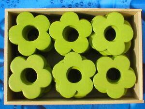 240-Stueck-Holzblumen-Holzblueten-Lochblumen-olivgruen-4cm-in-5-Holzboxen