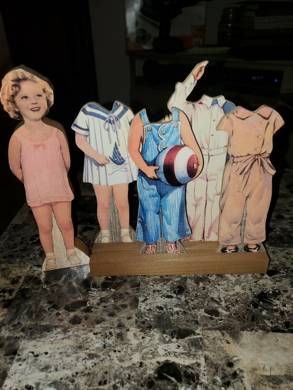 RARE SHIRLEY TEMPLE CARVED Holz DOLL W PAPER DOLL OUTFITS & Holz zeigen STAND