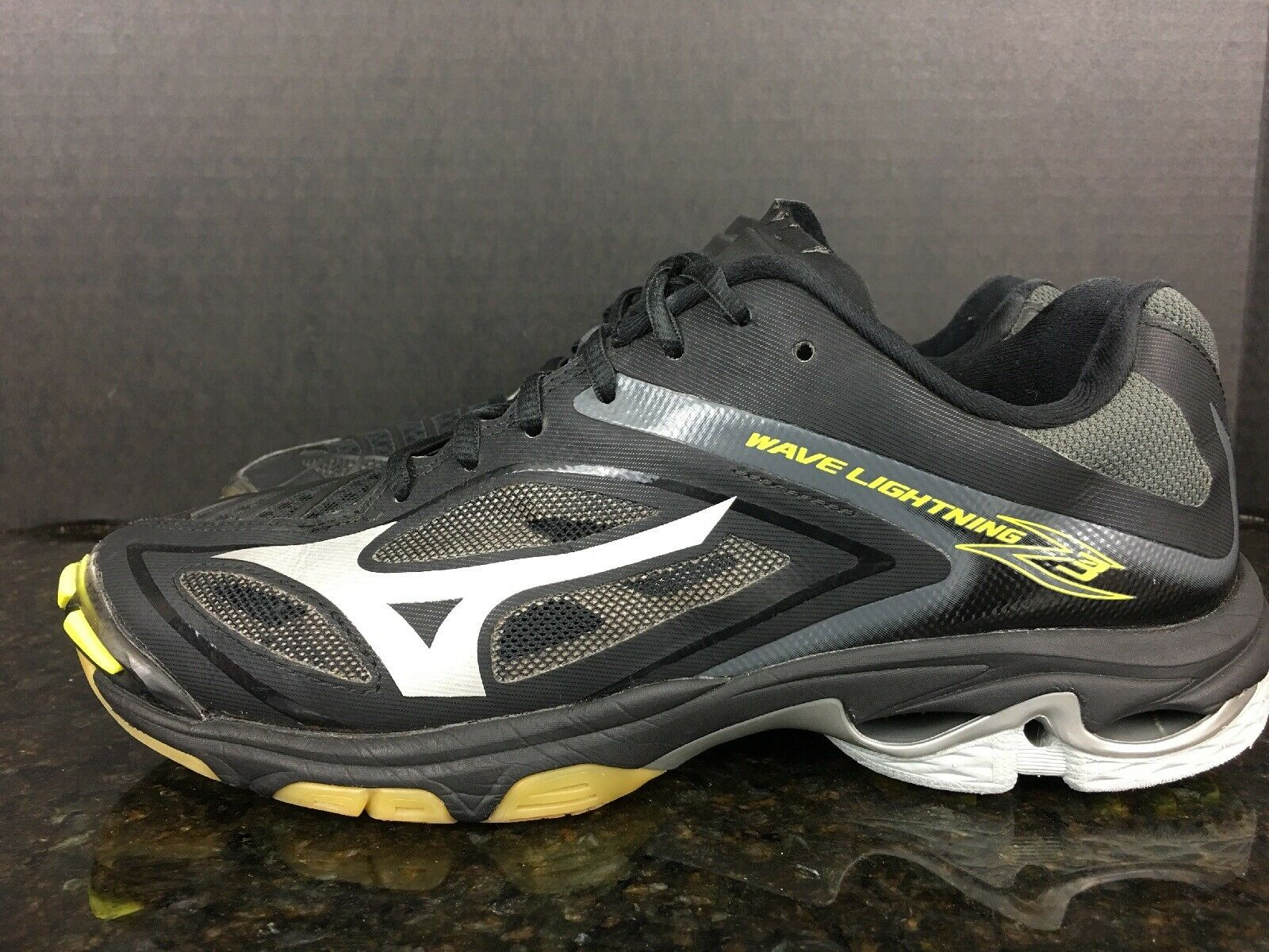Mizuno Women's Wave Lightning Z3 Volleyball shoes Size 10