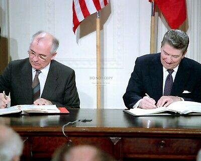 8X10 PHOTO AB-575 RONALD REAGAN SIGNS MARTIN LUTHER KING JR HOLIDAY INTO LAW