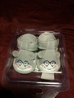 Baby Schuhe in Größe 62/68 mit Gesicht in hellgrau