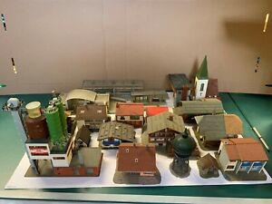 Grosses-Konvolut-H0-Haeuser-Haus-Gelaendebau-Bahnhof-Kirche-Industrie-etc