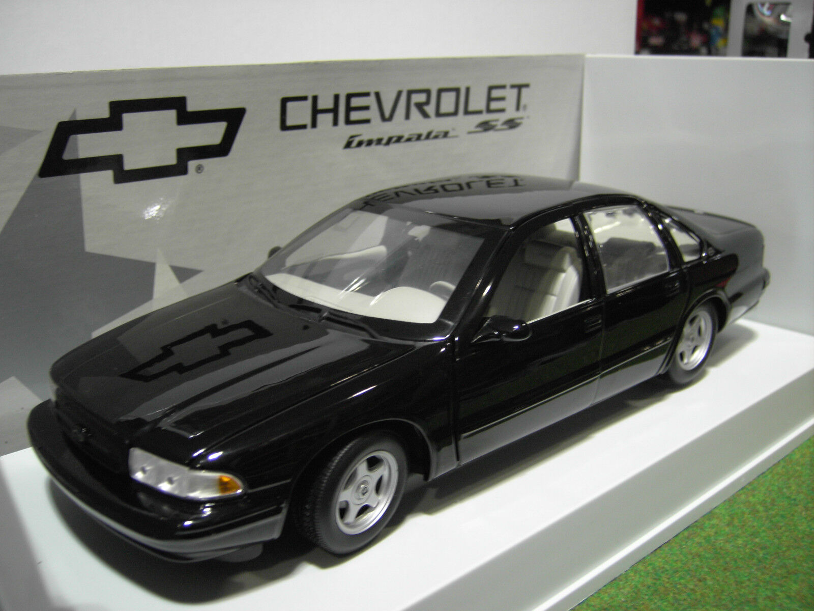 CHEVROLET IMPALA SS 1996 neroe 1 18 UT Models 21031 voiture miniature collection