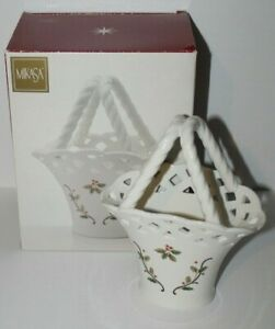 "MIKASA Christmas Holly Berry Holiday Lace Porcelain 7 1/2"" Basket RL040-755 NIB"