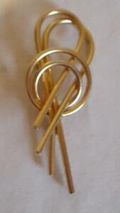 2-5-034-VINTAGE-SIGNED-SARAH-COVENTRY-ARTSY-SCARF-BROOCH-PIN-GOLDTONE-METAL-NO-DEFEC