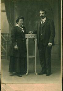 Photo-ancienne-couple-posant-en-studio-Mr-et-Mme-Retail