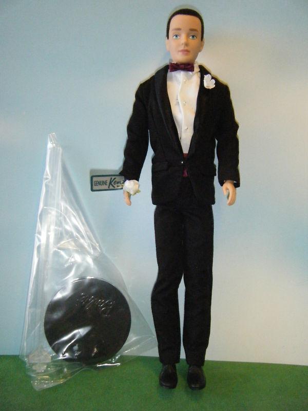 2009 50TH Aniversario Día De Boda De Ken Muñeca en esmoquin con soporte de la muñeca de logotipo de Ken