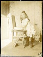 "photo ancienne . Fillette "" la toilette "" . 1902"