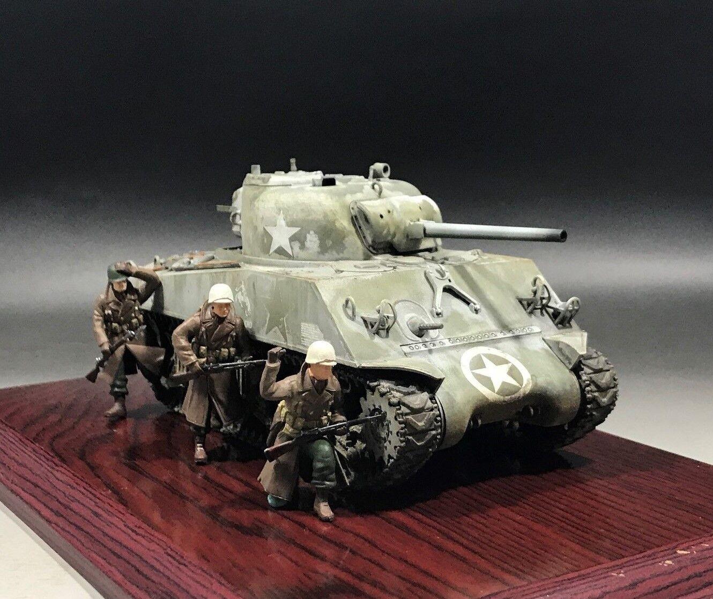 1 35 Built U.S. M4A3 75mm Sherman Tank Winter camo (Bastogne 1944)