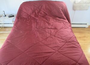 """Size 72"""" X 96"""" Adaptable Large No Name Burgandy Bed Quilt . Preowned. 3373 Reversible"""