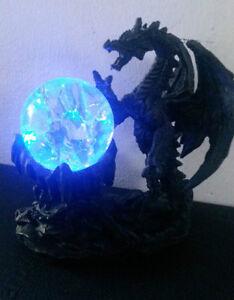DRACHE-mit-LED-Lichtkugel-13-cm-GOTHIC