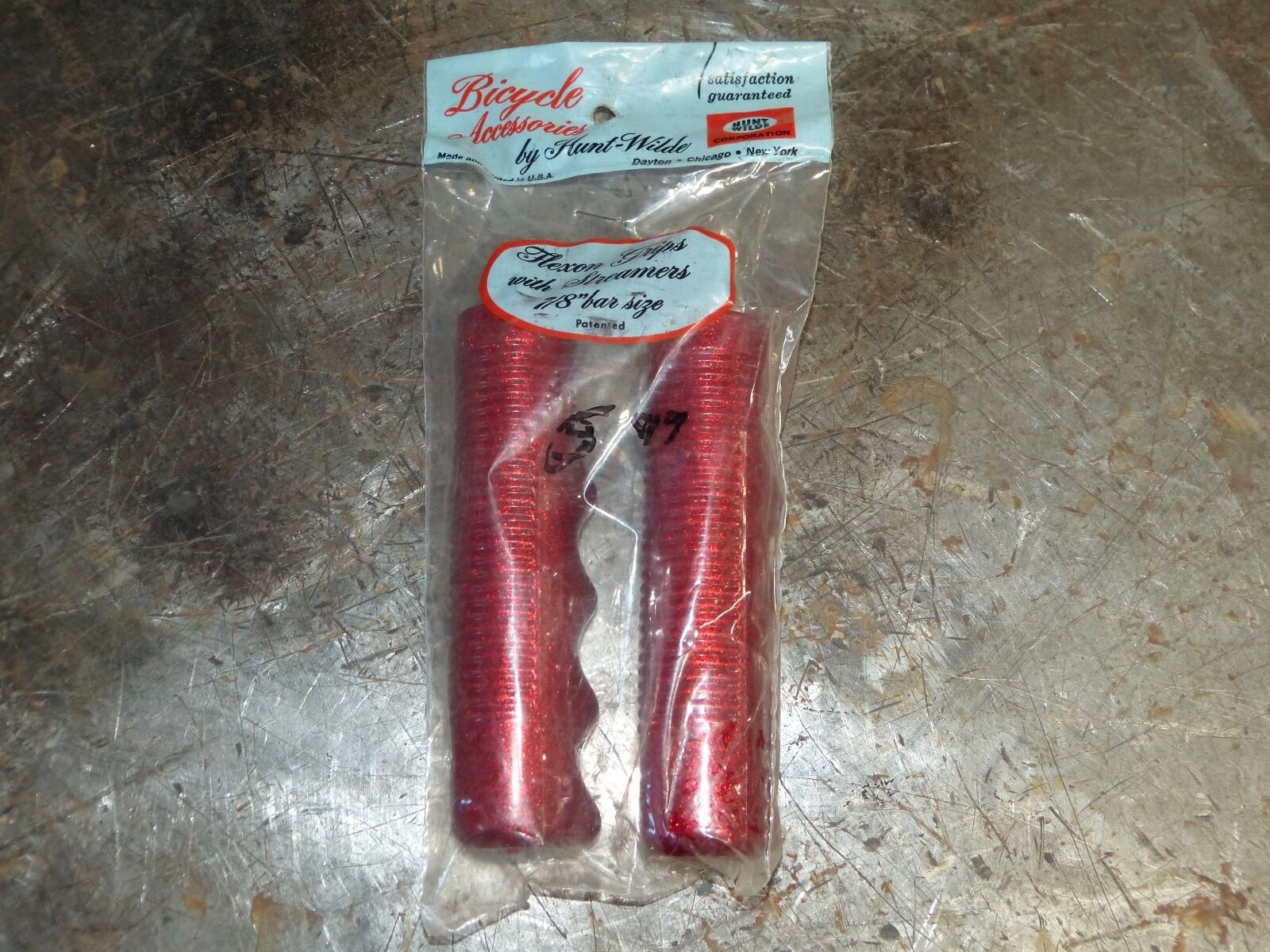 Vintage Red Metal Flake Hunt Wilde Bicycle Grips 7 8  NOS  with cheap price to get top brand