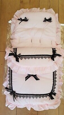 """Bellissimo. Carrozzina Cosytoes/sacco Imbottito Rosa Con Fiocchi Neri Con Nome Embroided Su-uff Pink With Black Bows With Name Embroided On"""" Data-mtsrclang=""""it-it"""" Href=""""#"""" Onclick=""""return False;""""> Reputazione In Primo Luogo"""
