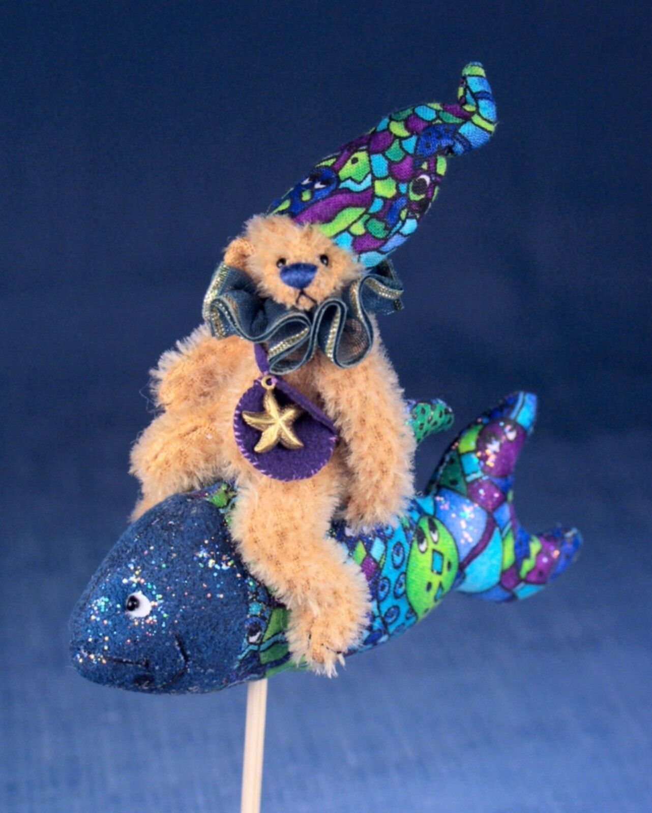 DEB CANHAM'S  1,2,3,4,5   3 3/4  BEAR RIDING A MULTICOLOrosso FISH-NURSERY RHYMES