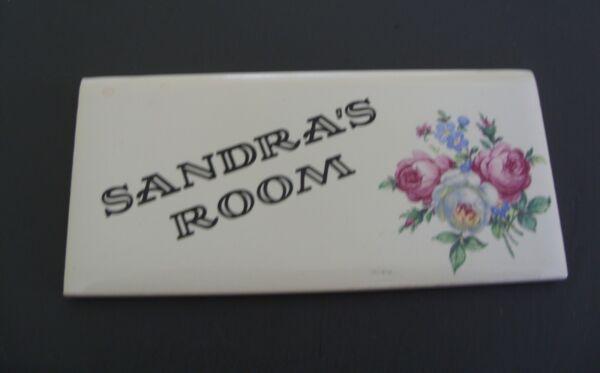 'sandra's Room' Targa Porta In Ceramica