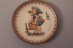 Goebel-Hummel-Hum-984-Reproduction-Apple-Tree-Girl-Apples-Collecting-Mini-Plate