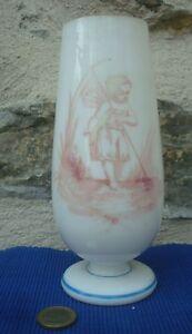 V24-Vase-ogive-ancien-Cristal-Opaline-Decor-Enfant-Aile-Ange-Champetre-Verre