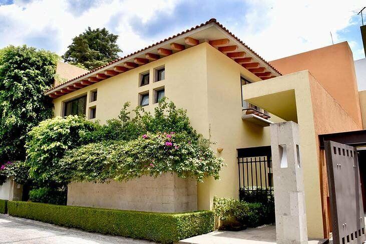 - NEGOCIABLE - Elegante Casa en Venta en Chimalistac con Tres Recámaras