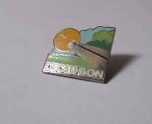 pin-039-s-enseigne-Decathlon-version-route-du-soleil-EGF-argente-hauteur-2-1-cm