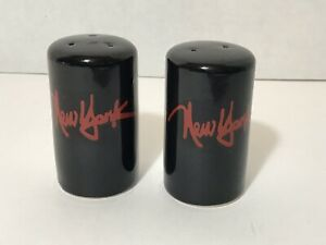 Vintage-New-York-City-Salt-and-Pepper-Shakers-Black-Manhattan-P-C-Co-Souvenir