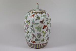 Grosse-chinesische-Deckelvase-Vase-Porzellan-handbemalt-China-RK195