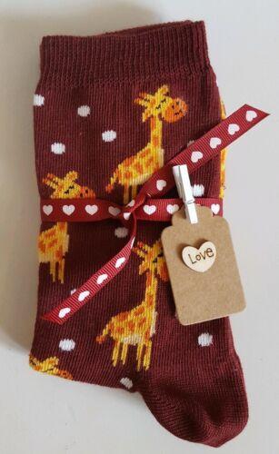 Bordeaux Giraffe Chaussettes avec cœur ruban et gift tag-Un Parfait Petit Cadeau!