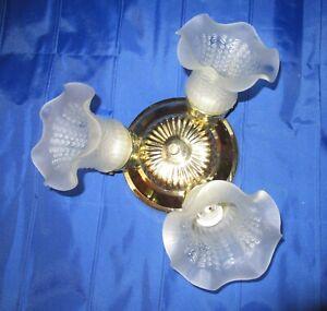 Vintage Brass plafond luminaire avec 3 abat-jour à volants en verre dépoli
