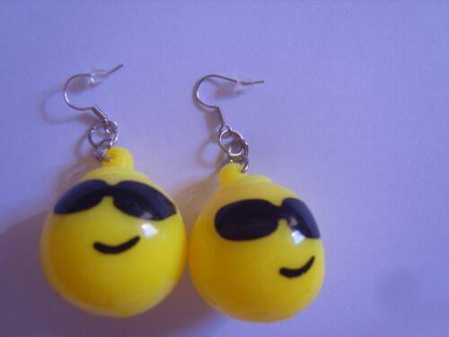 Ohrring gelber runder Smiley mit Brille aus Gummi Blinkt beim Bewegen 3822
