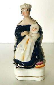 Enthousiaste Sujet En Faïence Fine Anglaise Représentant La Reine Et L'enfant . Xx Siècle .