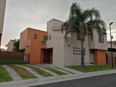 Amplia casa en Puerta Real, 4 recámaras, separada, persianas, recámara en PB.