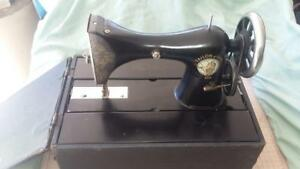 Vintage-Tailor-Bird-Hand-Sewing-Machine-stiching-house-needle-workshop-tools-old