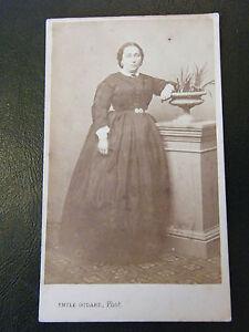 Fotografia-Mujer-Vestido-Faux-Fondo-XIX-Siglo-Emile-Godard-Angulema